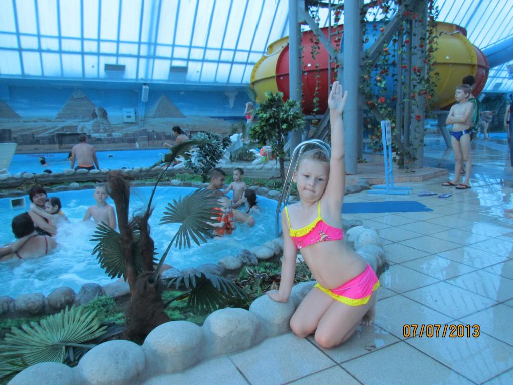 Солнце, воздух и вода - наши лучшие друзья ! Настя в аквапарке.